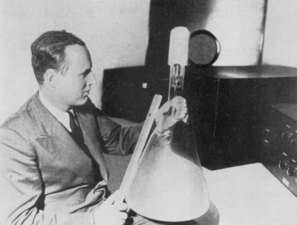 он стоял во главе большого коллектива немецких и советских физиков, радиоинженеров и даже стеклодувов, создавших технологию производства урана 235